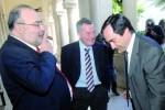 Rodrigo Santiago que defendeu José Eduardo Simões em Coimbra, com o arguido e Ricardo Costa, advogado de Simões em Condeixa (Imagem de arquivo As Beiras/Google)