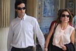 Ana Saltão sai do Palácio da justiça de mão dada com o marido, também inspector da PJ.