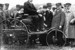 Carl Benz in späteren Jahren auf seinem ersten Patent-Motorwagen vom Typ I.
