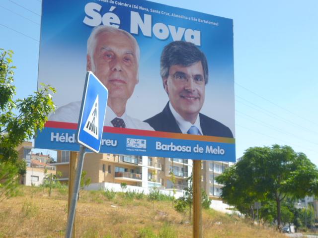 Cartaz da União das Freguesias de Santa Cruz, Almedina, São Bartolomeu e Sé Nova afixado na vizinha freguesia de Santo António dos Olivais.