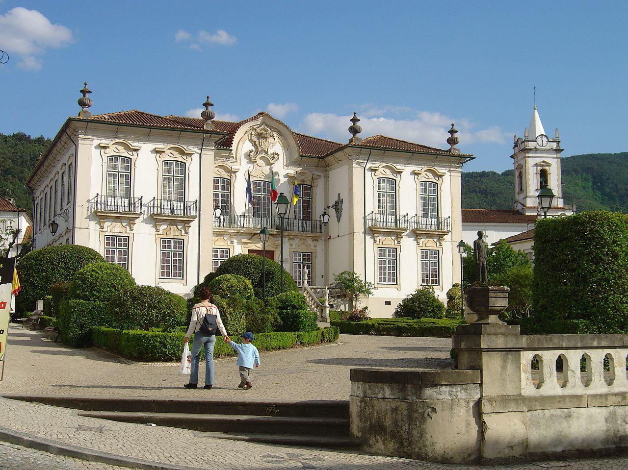 Câmara_Municipal_e_igreja_matriz_da_Lousã