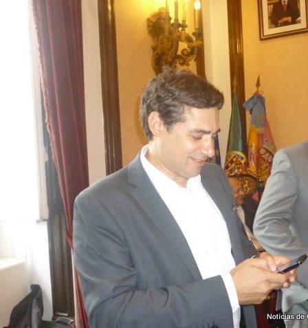 José Diogo na posse de Manuel Machado como presidente da CMC, que paga quatro mil euros por mês a uma empresa do assessor que não tem aparecido nos Paços do Concelho
