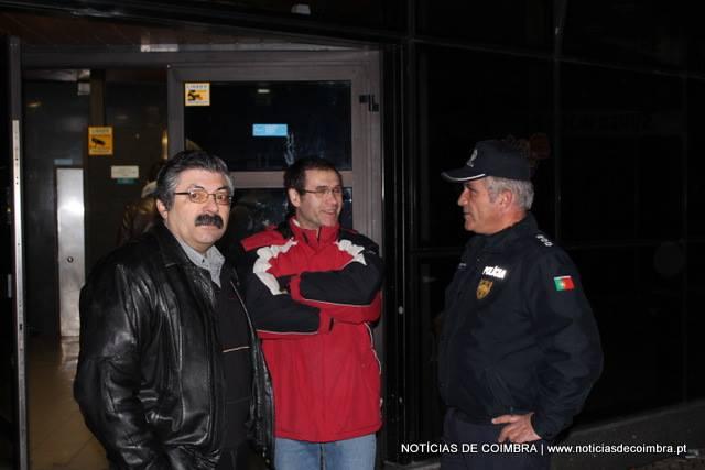Imagem captada na madrugada em que a CMC tomou posse administrativa do Cartola, onde se podem ver dois dos trabalhadores que querem ser reintegrados e o comandante da Polícia Municipal.