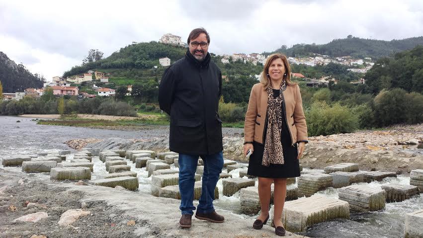 Os vereadores Ricardo Simões e Fernanda Veiga, junto a um troço da obra, no Rio Mondego.