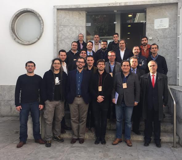 Primeira fila, da direita para a esquerda: Horácio Pina Prata (Presidente da Associação FabLabs Portugal), João Vasconcelos (Secretário de Estado da Indústria), Bernardo Gaeiras (Diretor do FabLab Lisboa); Duarte Cordeiro (Vice-Presidente da Câmara Municipal de Lisboa); Restantes elementos: Representantes de FabLabs em Portugal.