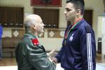 spirante Teixeira Dias recebe a medalha de bronze pelo Major-General Nunes dos Reis