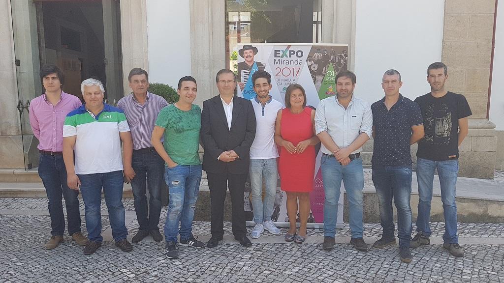 Organização e artistas posam para a foto promomocial da EXPO MIRANDA