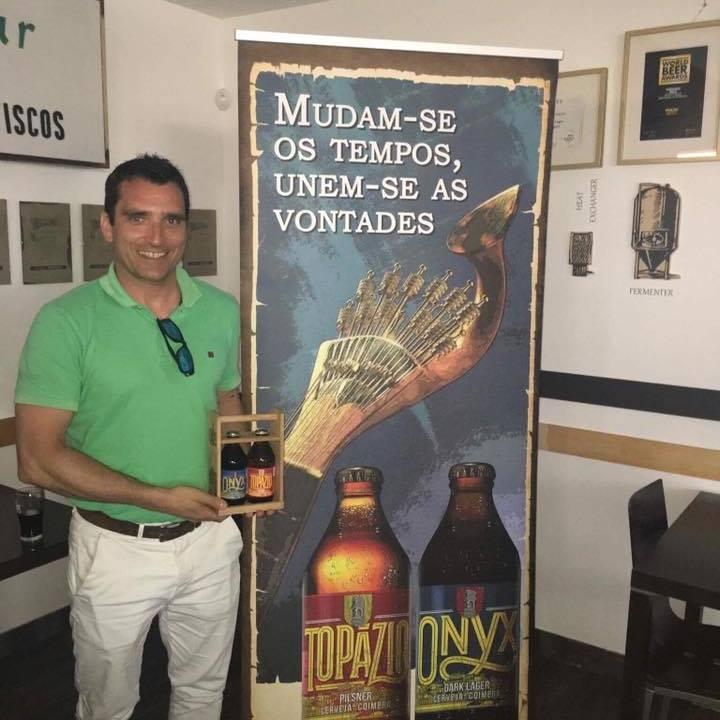Graciano Paulo Marques, ligado à distribuição da Central de Cervejas mostra a nova imagem das cervejas de Coimbra, que volta a às garrafas bizxinhas e redondinhas