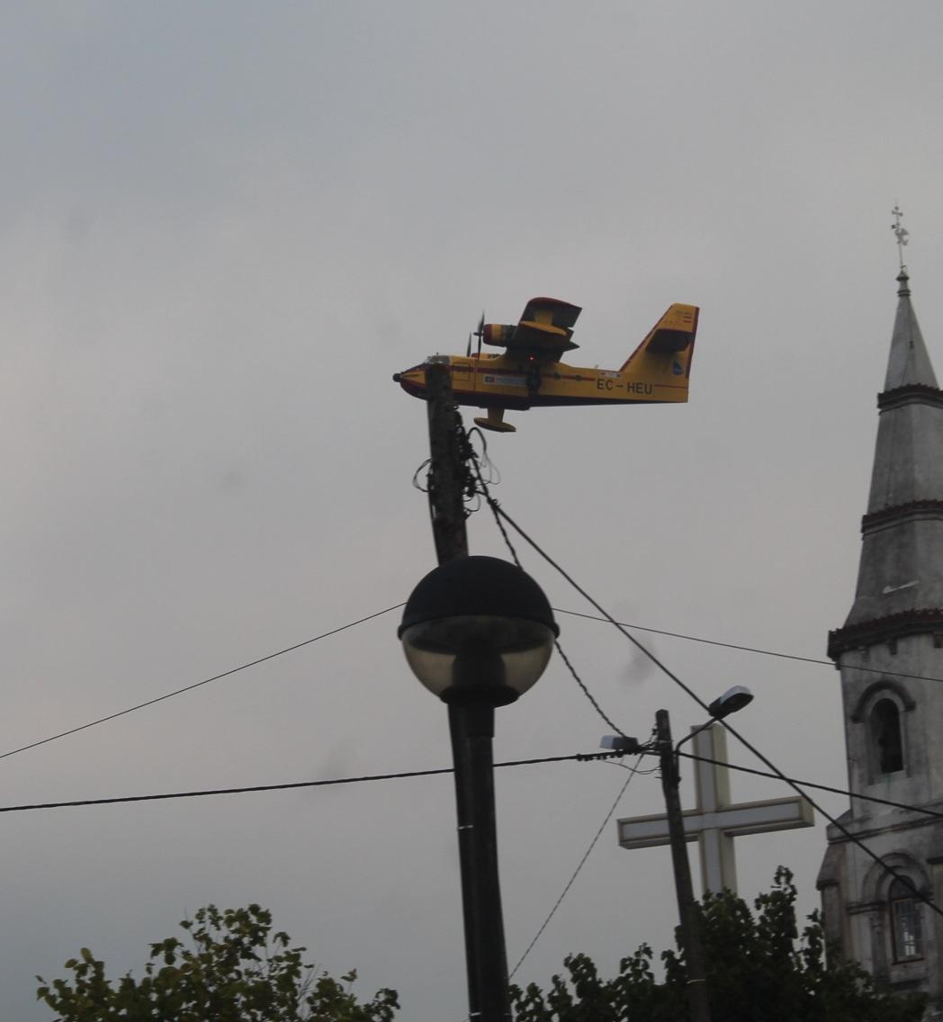 Avião de combate ao incêndio passa pela Igreja do Senhor da Serra