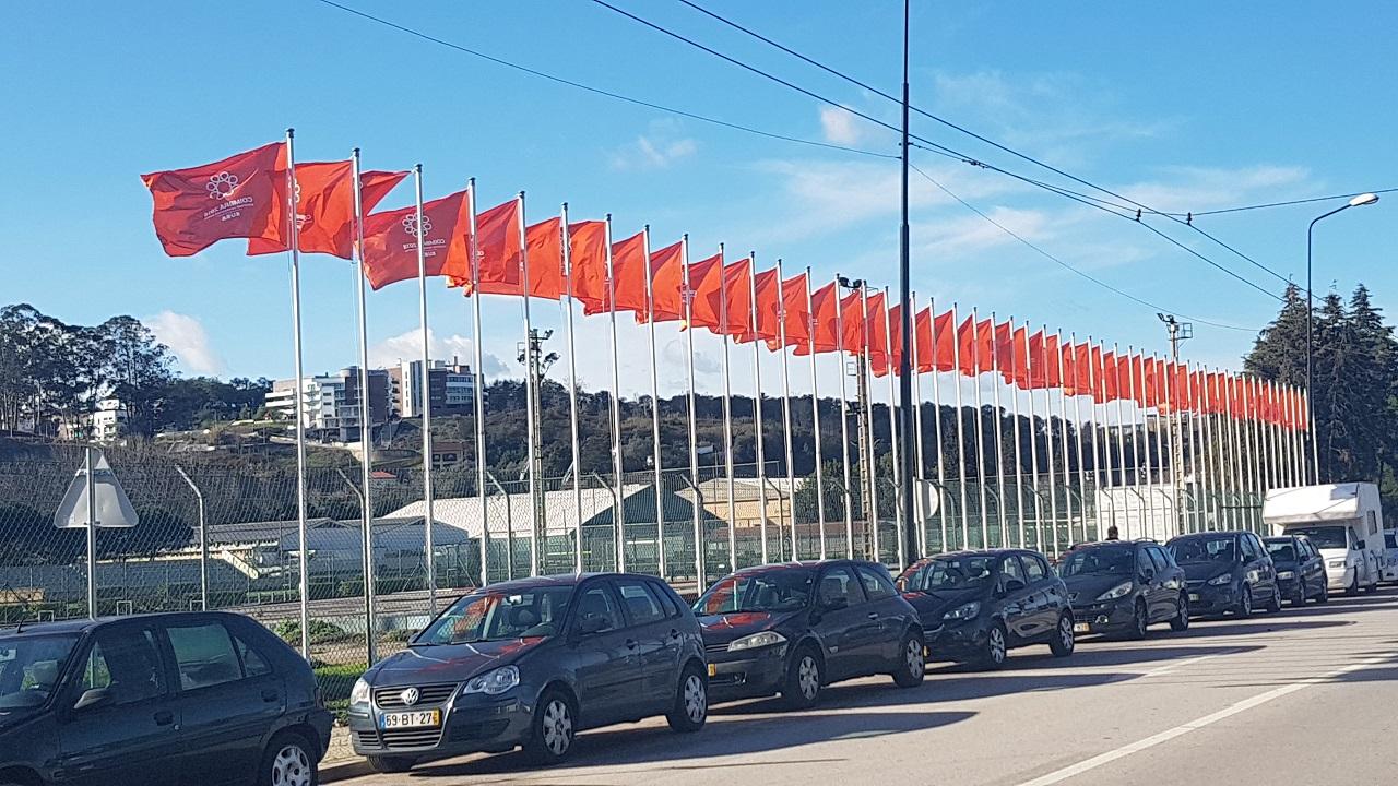 Há mais bandeiras que obras!