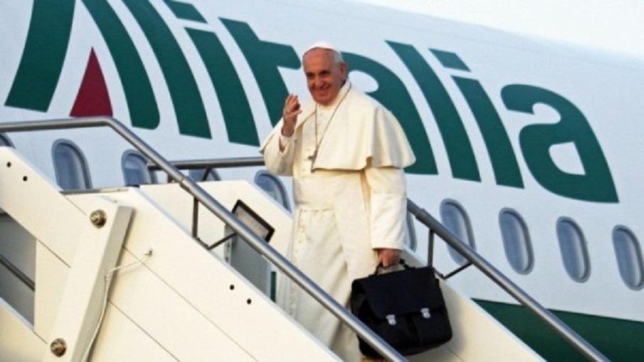 ROM01 ROMA (ITALIA) 25/11/2014.- El papa Francisco se despide antes de subirse a un avión en el aeropuerto Fiumicino de Roma (Italia) hoy, martes 25 de noviembre de 2014, antes de volar a Estrasburgo para pronunciar un discurso ante el Parlamento Europeo. EFE/Telenews