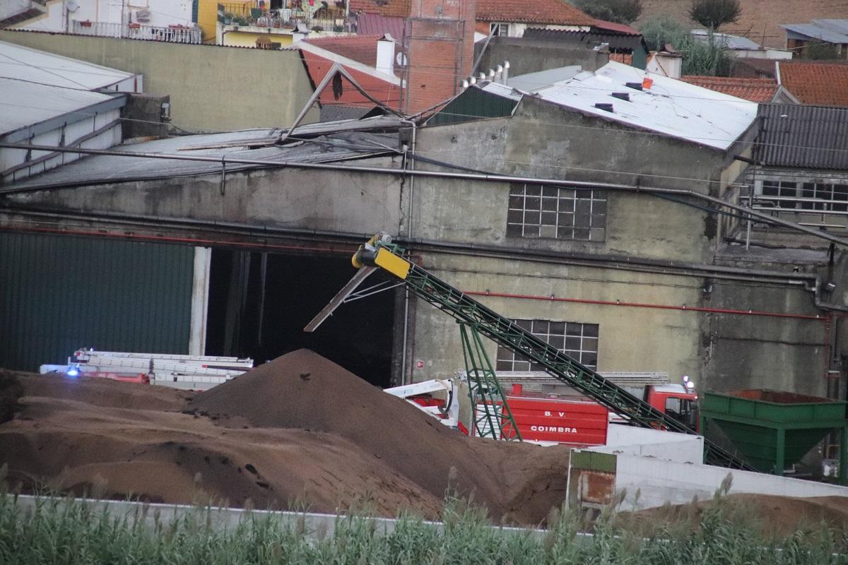 Resultado de imagem para Incêndio destruiu armazém de bagaço de azeitona em Coimbra