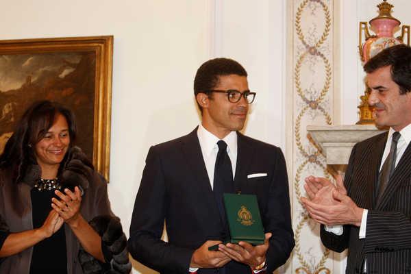 Resultado de imagem para porto entrega da medalha da cidade ao marido de isabel dos santos